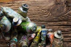 O vintage estilizou a foto do close up multicolorido dos tubos da pintura do óleo e Fotografia de Stock Royalty Free