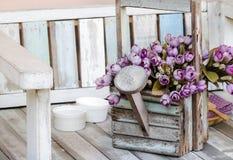 O vintage floresce a cesta fotografia de stock