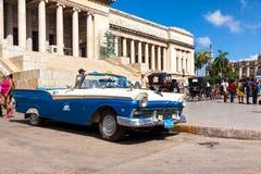 O vintage Ford estacionou no Capitólio em Havana Fotografia de Stock Royalty Free