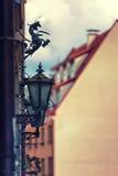 O vintage ilumina-se na parede de uma casa em Riga velho fotografia de stock