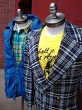 O vintage inspirou Men' roupa de s denominada em manequins do vestido, formulários do vestido, NYC, NY, EUA fotografia de stock