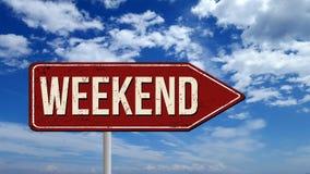 O vintage metálico do fim de semana assina sobre o céu azul fotografia de stock