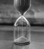 O vintage 15 minuto sandglass ou ampulheta no estilo preto e branco Fotos de Stock