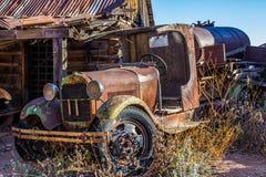 O vintage oxidou caminhão de petroleiro na jarda de sucata foto de stock
