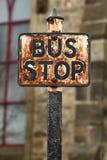 O vintage oxidou sinal da paragem do ônibus fotos de stock