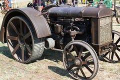 O vintage oxidou trator do metal com rodas originais Foto de Stock Royalty Free