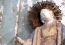 O vintage que decora em uma loja de antiguidades com um vintage coroou a figura estátua de Santos Saint Religious Fotos de Stock