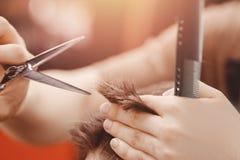 O vintage que tonifica, o barbeiro mestre faz o cabelo para equipar o moderno imagens de stock royalty free