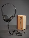 O vintage registra no fundo cinzento com um fones de ouvido, conceito para A fotografia de stock royalty free
