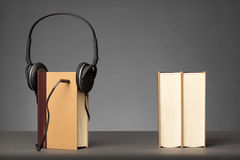 O vintage registra no fundo cinzento com um fones de ouvido, conceito para A foto de stock