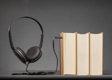 O vintage registra no fundo cinzento com um fones de ouvido, conceito para A fotos de stock royalty free
