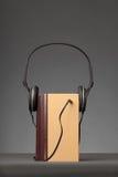O vintage registra no fundo cinzento com um fones de ouvido, conceito para A imagem de stock royalty free