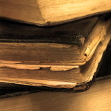 O vintage sujo envelhecido velho registra o close up do sepia, grande macro detalhado, bokeh delicado, tampa de couro preta Imagens de Stock Royalty Free