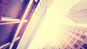 O vintage tonificou arranha-céus contra o sol, efeito do alargamento da lente Fotos de Stock Royalty Free