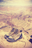O vintage tonificou as sapatas trekking velhas em Grand Canyon, EUA Fotografia de Stock