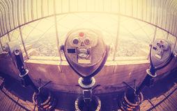 O vintage tonificou binóculos sobre a skyline de Manhattan no por do sol, NYC Fotos de Stock Royalty Free