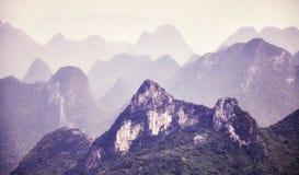 O vintage tonificou a imagem de formações do cársico em torno de Guilin Fotografia de Stock Royalty Free
