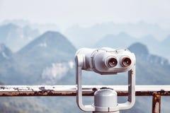 O vintage tonificou a imagem dos binóculos do turista que apontam no cársico FO Fotos de Stock Royalty Free