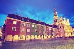 O vintage tonificou o mercado velho em Poznan na noite foto de stock