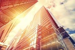 O vintage tonificou o por do sol sobre arranha-céus, fundo do negócio Fotografia de Stock Royalty Free