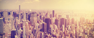 O vintage tonificou a skyline de Manhattan no por do sol foto de stock
