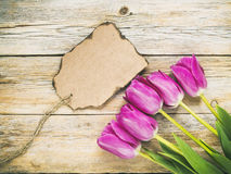 O vintage tonificou tulipas e papel de nota fotos de stock