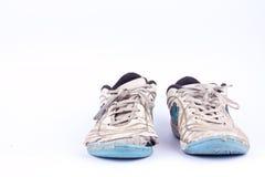 O vintage velho danificou sapatas futsal dos esportes no fundo branco isolado imagem de stock