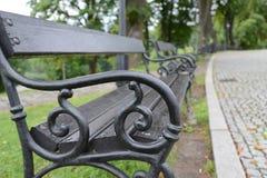 O vintage velho do metal benches com madeira na pintura crua no preto Fotografia de Stock
