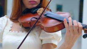 O violino está sendo jogado skillfully por uma senhora vídeos de arquivo