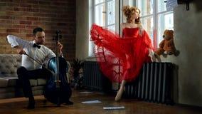 O violoncelista considerável visita o musa do conto de fadas Imagens de Stock