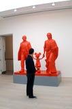 O visitante vê o trabalho de arte em uma galeria Foto de Stock