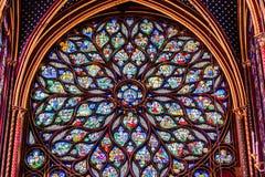 O vitral religioso aumentou janelas no Sainte Chapelle, paridade fotografia de stock royalty free