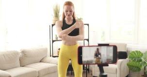 O vlogger da aptidão que grava um vídeo de aquece exercícios vídeos de arquivo