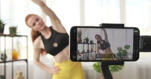 O vlogger da aptidão que guia para aquece exercícios vídeos de arquivo