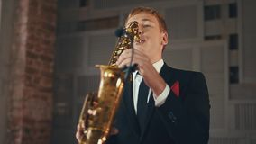 O vocalista bonito do jazz executa na fase com o saxofonista Elegance estilo filme