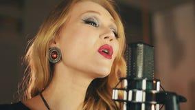 O vocalista com brilhante compõe para executar na fase no microfone jazz earrings video estoque