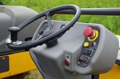 O volante do rolo do asfalto e põe em andamento controles Imagens de Stock