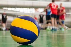 o voleibol Amarelo-azul no assoalho no gym, equipe dos atletas é um grupo foto de stock