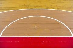 O voleibol de madeira velho do assoalho, basquetebol, corte de badminton com o assoalho de madeira do efeito da luz do salão de e imagens de stock royalty free