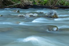 O volume de água através das rochas em um córrego em Wang Nan Pua imagens de stock royalty free