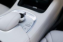 O volume e a navegação dos meios controlam botões de um carro moderno Detalhes do interior do carro Interior do couro branco do c Fotos de Stock Royalty Free