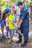 O voluntário do serviço de salvamento demonstra a equipa de salvamento hidráulica Fotografia de Stock Royalty Free
