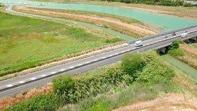 O voo aéreo acima do campo e o rio da ponte tomam partido Vista aérea no mar Veículo que vai na estrada filme