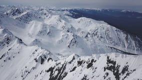 O voo aéreo do inverno bonito sobre cumes da paisagem da corrente de montanha aventura-se a caminhada de Ski Vacation Travel Conc video estoque