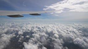 O voo acima das nuvens no céu azul, fim plano do avião da asa acima vídeos de arquivo