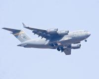 O voo do avião militar do C-17 Globemaster III de Boeing na mostra Aero 2013 da Índia Fotos de Stock