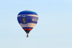 O voo do balão de ar no céu azul Foto de Stock Royalty Free
