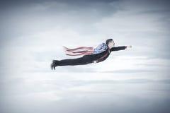 O voo do homem de negócio com EUA embandeira como um cabo Fotografia de Stock