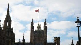 O voo do jaque de união acima da casa do parlamento de Westminster em Londres filme
