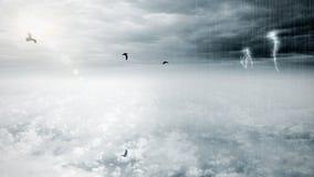O voo do pássaro na fantasia oposto ao céu do tempo, ao sol bonito e ao céu tormentoso sinistro nubla-se Imagens de Stock Royalty Free